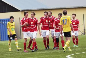 Edsbynsspelare firar ett mål under förra säsongen. Nu står det klart att Jens Westh fortsätter som tränare för division 4-klubben.