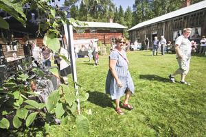 Solen sken över Hassela då Ersk-Matsgårdens hantverksmässa och loppmarknad inleddes i lördags.