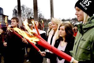 tåg. Eleverna på Thoren Business School gick i fackeltåg från skolan på Öster till Carl Milles änglar i Boulognern.