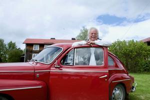Mats Svensson och hans finbil, som han bara åker i vid högtidliga tillfällen. Annars åker han helst glidarhoj.