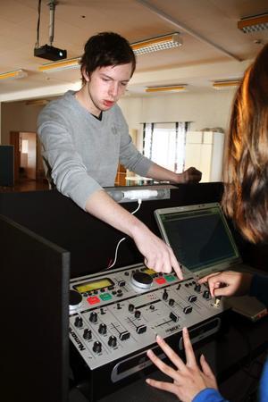 """Det gäller att mixa ihop musiken i rätt takt. Magnus Stjernström """"DJ Mange"""" från Åsbro är just nu dj-kursledare för ett gäng ungdomar i Laxå."""