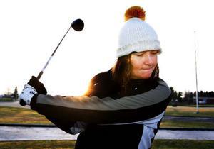 Åsa Johansson spelar ut på första hålet. Aldrig tidigare har hon kunnat spelat golf i länet den här årstiden.