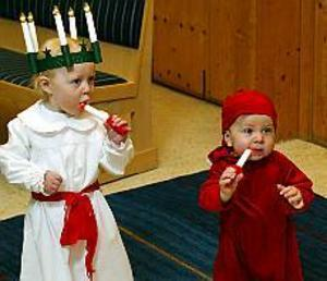 Foto: LASSE HALVARSSONBeredda. Ellen Lundgren, 2 år, och lillebror Elis, 10 månader, stod beredda att vara med i luciatåget i Betlehemskyrkan. Vad ska man ha ljusen till tro?