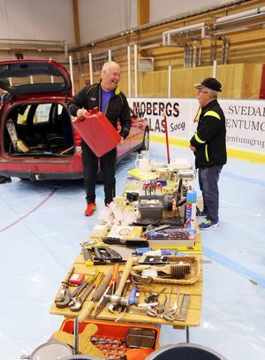 Lars-Åke Fransson från Ytterhogdal plockade fram en hundring och köpte en bensindunk av Tommy Berglund från Los.