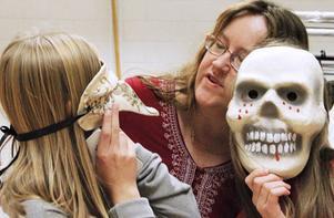 Dramaläraren Maria Flink är van med maskerade elever.