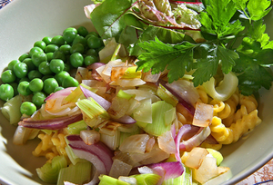 Pasta med mild currysås och lättstekt, blandad lök och gröna blad är gott i sin enkelhet.