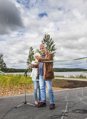 Lars Molin (M) och Yvonne Oscarsson (V) invigde tillsammans parken på Östernäs på fredagen.