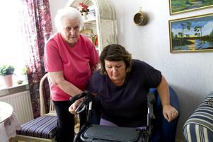 Mamma hjälper. Sedan olyckan har Margaretas 83-åriga mamma Karin skött sin dotter så gott hon kan.– Men jag är 83 år, och jag orkar inte hur länge som helst, säger Karin.