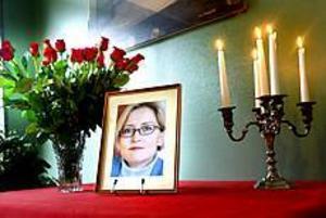 Foto: NICK BLACKMON Död. Efter en hel natt av operationer avled Anna Lindh klockan 05.29 på torsdagen. Knivhuggen hade skadat levern och flera av bukens stora blodkärl och orsakat en massiv blödning som till slut gjorde att kroppen inte längre orkade. Anna Lindh lämnar ett land i sorg och vanmakt efter sig. Människor strömmade i tusental ut på gataorna med röda rosor i händerna. I Stockholm köade man i timmar utanför Rosenbad och Arvfurstens palats för att hedra minnet av Anna Lindh.