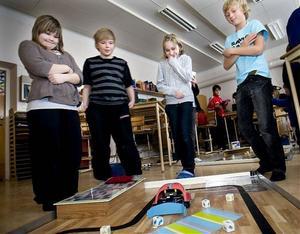 Matilda Runeke, Martin Norberg, Jennifer Eriksson och Julius Hedell testade att samla upp prylar med städapparaten.