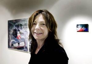 En riktig tryckare. Konstnären Ulrika Thorén visar screentryck på bland annat emalj och tyg.