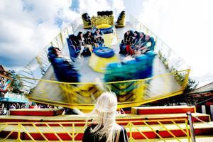 14.10 Over the top en av många snurriga åkattraktioner på tivolit, som med hisnande fart breddar leendet på Yrans besökare. Foto: Lars-Eje Lyrefelt