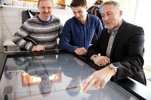 Sven Blomqvist, Emil Persson från Future Position X och Bollnäs fystränare Magnus Keller analyserar spelardata.
