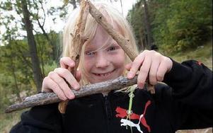 Med träpinnar byggde Tuva Ottosson denna triangel.FOTO: MIKAEL ERIKSSON