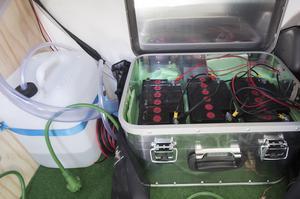 Bilbatterierna står bredvid vattenreservoaren – en dunk med sötvatten som leds upp till diskhon ovanför.