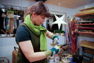 En bit konservburk blir till ett hjärta.– Det är så bra när man kan återbruka material, säger Susann Jarlsdotter Myrenhammar.