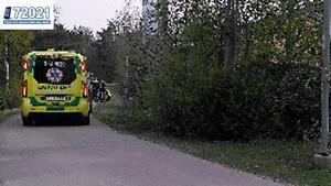 Mannen och kvinnan tas om hand av ambulans efter kraschen.