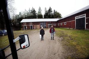 Trogna bokbuss låntagare är Sigbritt Sahlström och Ulla Pettersson. Här väntar de på Kerstin. De både lämnar tillbaka och passar på att låna många nya böcker.
