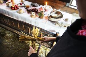 Halmkorset skulle skydda julmat och julöl från troll och andra varelser.