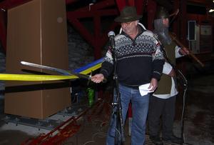 Svärdsman. Kommunalrådet Myr Herbert Halvarsson använde ett svärd för att