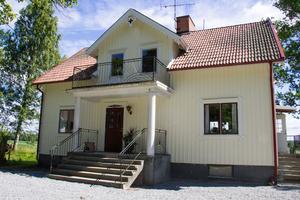 När Isabella och Ernst köpte huset i Sätra Brunn var det rött men paret målade det snabbt vitt. Inomhus är förändringarna minst lika stora.
