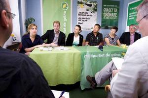 På presskonferensen på torsdagsförmiddagen presenterade sig de nya samarbetspartierna. Från vänster Vasiliki Tsouplaki (V), Per Lithammer (V), Marléne Andersson (MP), Magnus Edström (MP), Ulla Persson (S) och Anders Teljebäck (S).