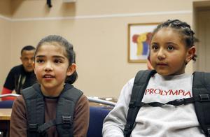 Mariam Hashemi, från Afghanistan och Nancy Amanue, från Etiopien, tycker om att gå i skolan.