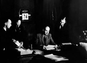 Raoul Wallenberg omgiven av sina närmaste medarbetare i Budapest.