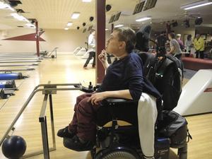 Ronnie Malm använder gotlandsrännan när han bowlar.