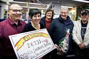 Två överlyckliga handlare – Dan och Liselotte Schöllin – fick ta emot checken av Boteåparlamentets Birgitta Blomén, Pia Hedberg och Lars Blomén.