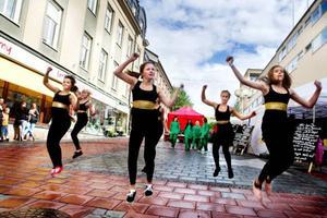 """Efter en ordentlig regnskur lättade molnen och det gjorde eleverna från Dawes dansskola också. """"Det där gick ju bra"""", sade en glad Johanna Liljenberg efter dansshowen på Stjärntorget. Foto: Lars-Eje Lyrefelt"""