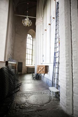 Bakom altaret restes en vägg under 1700-talet. I den finns en lucka, genom vilken man kan skymta tegelstenarna från den påstådda strafftunneln.