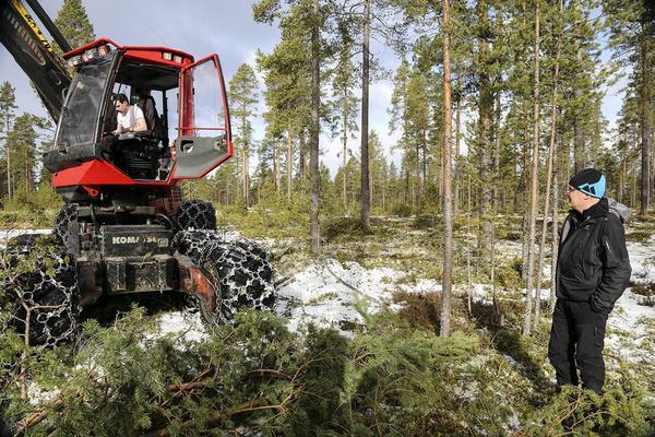 Mårten Björs från Järvsjö kör skogsmaskin i området.