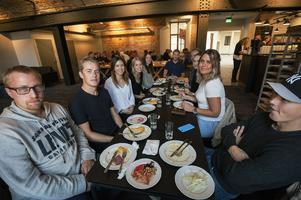 Några ekonomistudenter var på plats för lunch under premiären av nya Grönborg på hörnet.