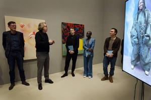 André Talborn (längst till höger), Sandra Mujinga och Karl Patric Näsman tar emot Fredrik Roos stipendium av John Peter Nilsson och Axel Roos (längst till vänster).