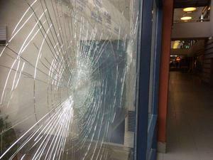 Råby centrum har blivit mer förfallet, sönderslagna glasrutor hör till bilden.