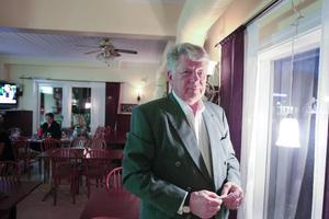– Jag tillhör dem som tycker att man måste värna om vår bygd. Det saknas kurage och motstånd mot de som beslutar över våra huvuden, säger Bo Bergström som bjudit in till valvaka på Kaffestugan i centrala Hammarstrand.