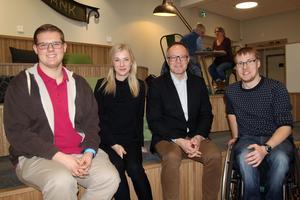 Projektledarna Fredrik Ohlsson, och Josefine Schöön tilsammans med Thomas Åkerlund (Leksands Sparbank) och hans följeslagare Oscar Sjökvist.
