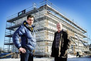 Fastighetschefen Lennart Johansson och projektledaren Mats Ainegren framför bygget av Mittuniversitetets nya vindtunnel.