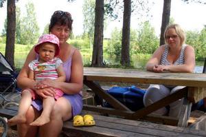 """Nancy Persson med Denise och Malin Göransson var under tisdagen på utflykt till Lillön. """"Det är väldigt trist och meningslöst. Mycket måste ligga hos föräldrarna, att kolla vad deras barn gör på nätterna, säger Malin Göransson. """"Föräldrarna måste engagera sig i vad de gör, och vara mer med sina ungdomar, håller Nancy Persson med om."""