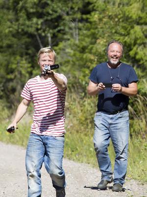 Leon Berthas i full jakt på en Sorgmantel ivrigt påhejad av pappa Håkan Berthas på Fjärilsvägen i Grinduga.