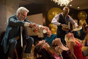 Ett gammalt, med betoning på gammalt, kompisgäng drar till Las Vegas för att fira svensexa. Rävar som Robert De Niro, Kevin Kline, Michael Douglas och Morgan Freeman gör det hela sevärt, trots vissa onödigt gubbiga scener.Foto: UIP