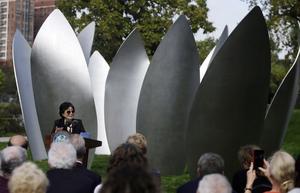 Yoko Ono talade vid invigningen av verket Skylanding.