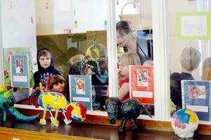 STUDIEBESÖK. Förskoleklassen kollar resultatet av 5-åringarna ansträngning med gips, färg, flörtkulor och äggkartonger.Foto: Conny Svensson