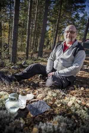 Familjen har grävt ner urnan med Puttes aska på tomten, i riktning mot sjön.