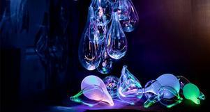 Från Judiska teatern kommer glaskonstnären Ann Wåhlströms gigantiska glasdroppar, en gång konstnärlig inramning till Steve Reichs och Fläskkvartettens föreställning