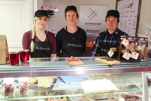 Joanna Ohlsson, som kommer att jobba i butiken framöver, tillsammans med ägarna Josefin Sandgren och Marcus Rensberg.