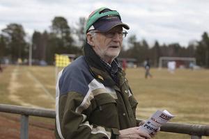 2 maj 2015. Lillhärdal vann derbyt mot Sveg som inledde lagens fotbollssäsong. Matchen slutade 3-0 till de vitklädda. Nästan lika bra vilket som för Göran Busk som är från Lillhärdal och har spelat där på 50-talet men sedan flytattade han till Sveg där han är hedersmedlem i idrottsklubben.
