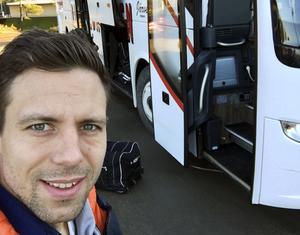 Självisen. Jag har tagit min självis när vi packar bussen inför avresa till Vetlanda och seriepremiär.