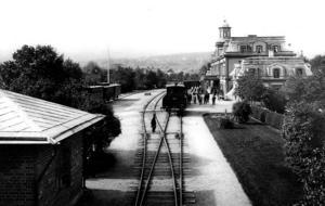 På kvällen dagen efter branden som slukat allt brännbart i centrum kom Oscar II med specialtåget med viktiga förnödenheter som av allt att döma fanns i beredskapslager. Till höger nuvarande casinot som var järnvägsstation 1888 och som undkom branden.
